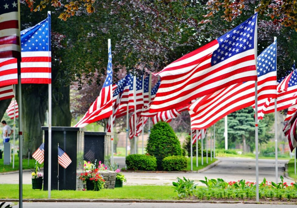 memorial-day-at-the-cemetery-honoring-the-mllitary-4QX8DHA